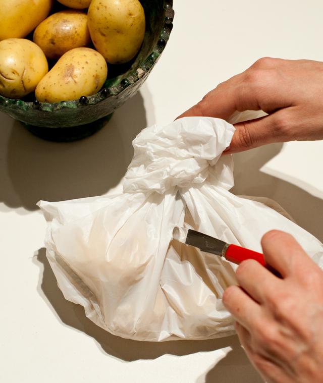 Pincha con un cuchillo la bolsa