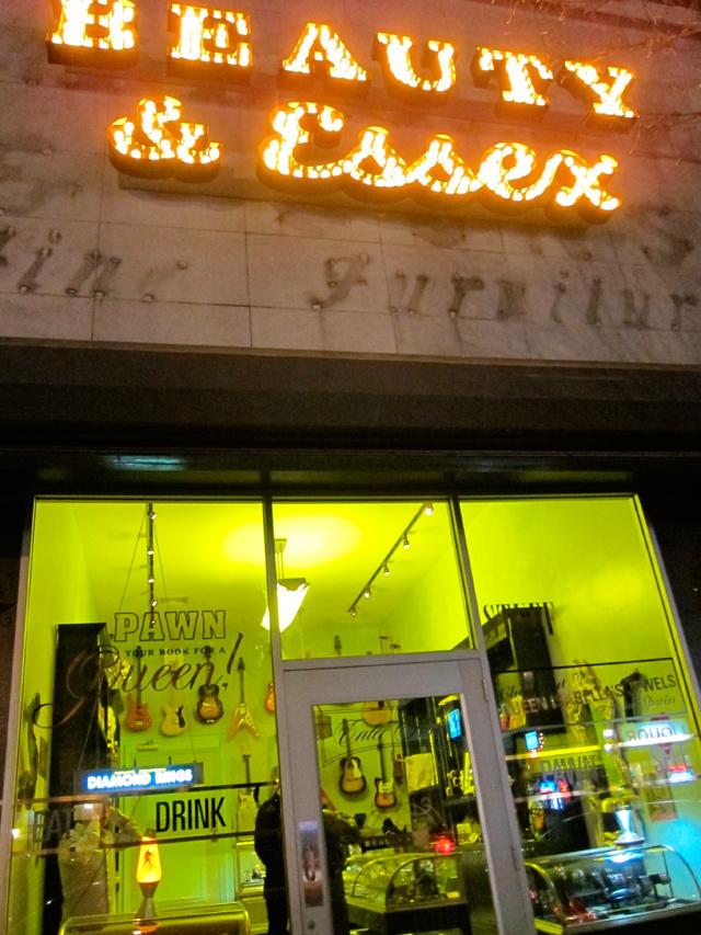 El clandestino restaurante, se entra por una tienda de empeño