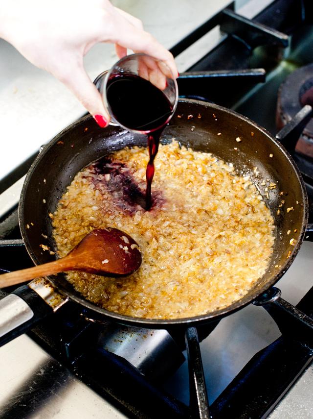 Cuando la chalota esté pochadita, añade el vino