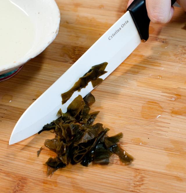 Cortar en tiritas el wakame una vez hidratado
