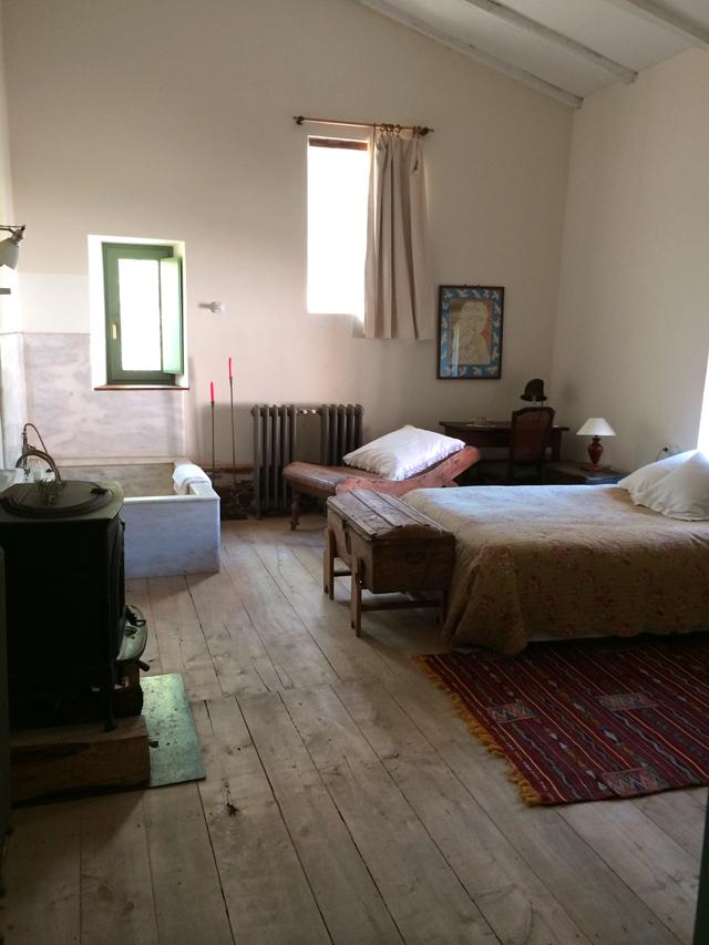 Una de las habitaciones, con chimenea y bañera de marmol