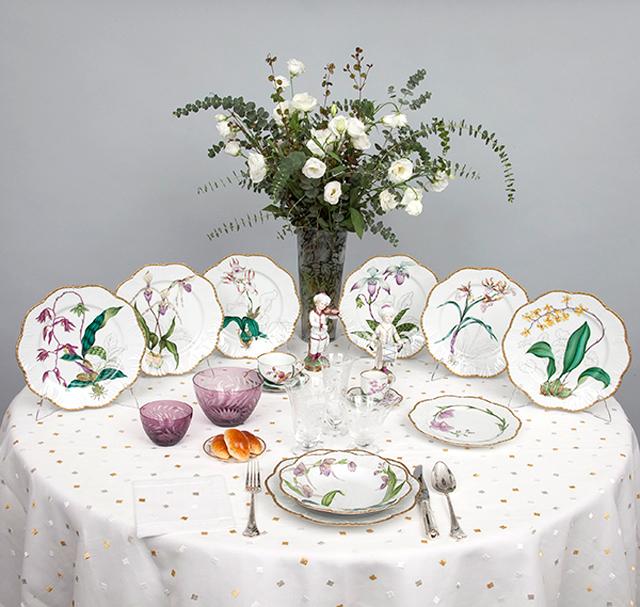 Mesa con vajilla de motivos florales