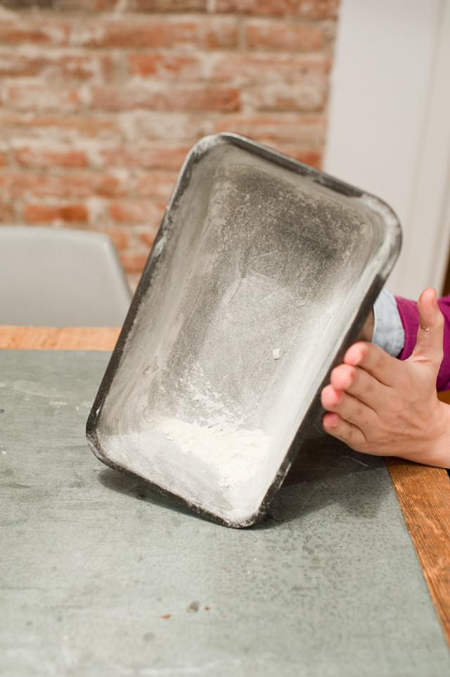 Primero poner mantequilla al molde y después harina, dále golpecitos para quitar el exceso
