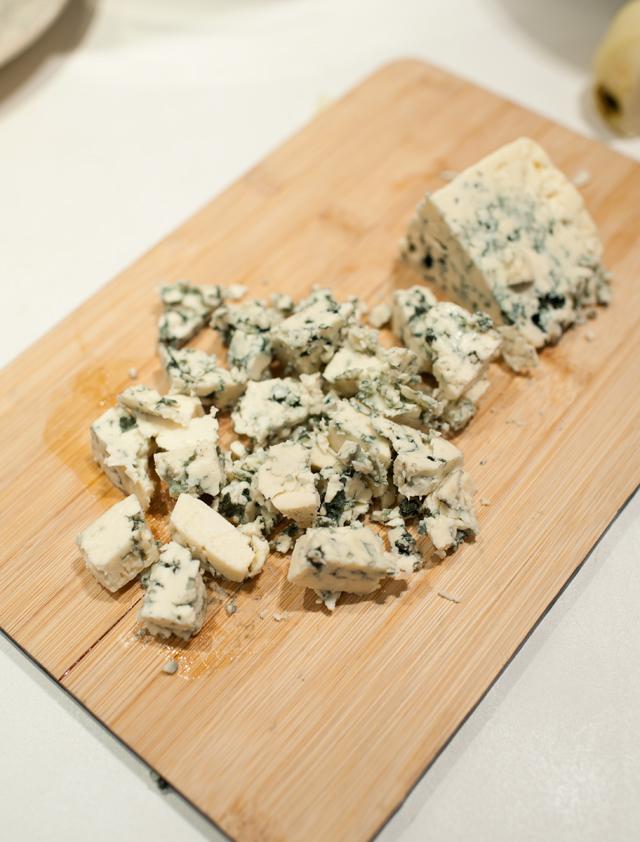 Corta el queso en trocitos