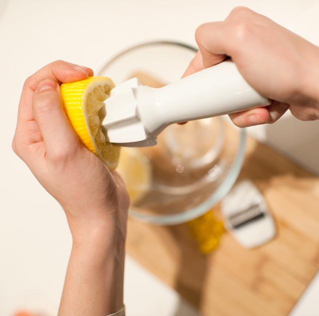 Exprimir el zumo, cuando es poca cantidad, me parece más cómodo manual