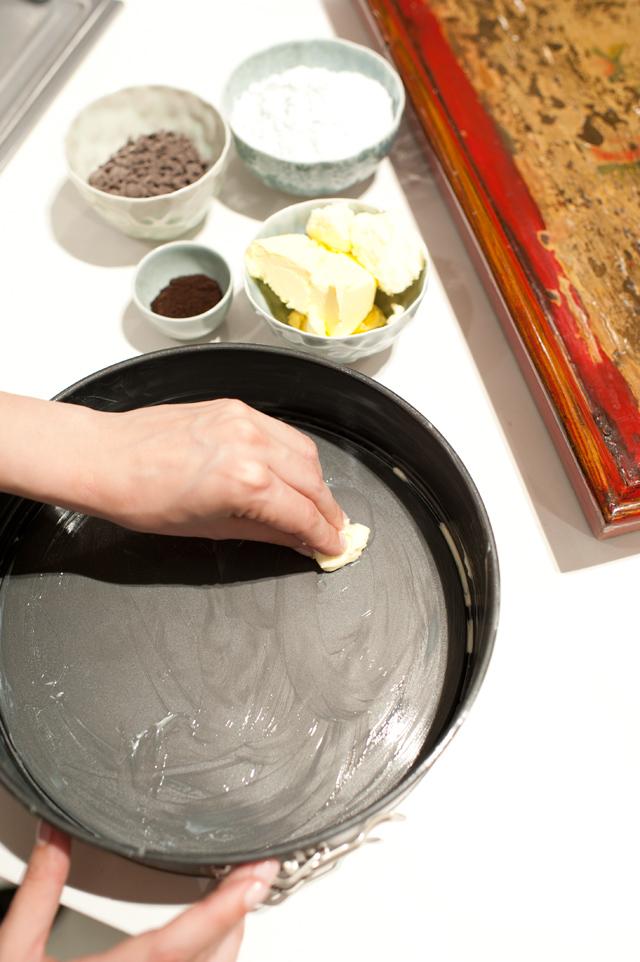 Untar el molde con mantequilla