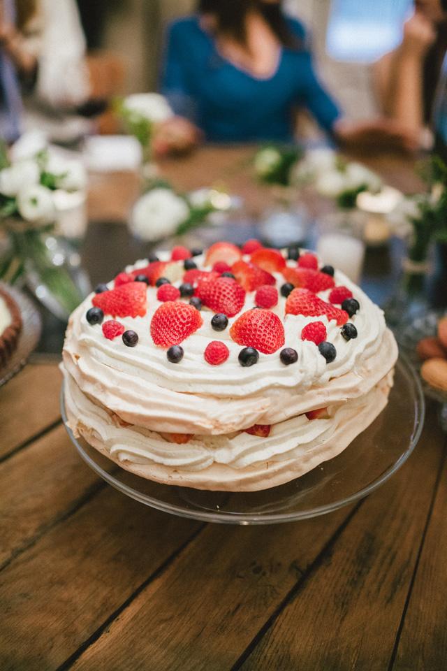 Tarta de merengue, nata con vainilla y frutas